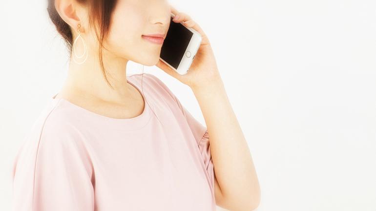 電話をかける女性のイメージ画像